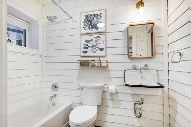 035_Guest Apt Bathroom